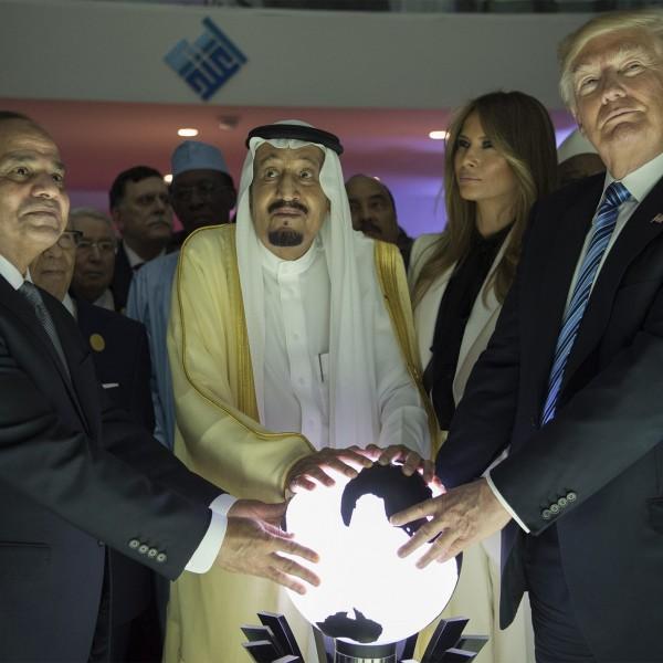 RIYADH, SAUDI ARABIA - 21. Mai: Präsident Donald Trump, Saudi Arabiens König Salman ibn Abd al-Aziz und Ägyptens König Abdel Fattah El-Sisi halten ihre Hände auf eine beleuchtete Erdkugel (Credit: Getty Images)