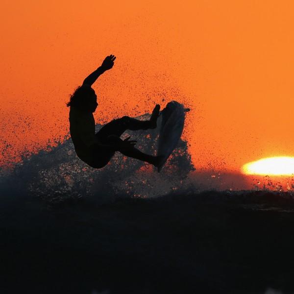 BIARRITZ, FRANCE - 24. Mai: Guillermo Satt aus Chile surft in der 2. Qualifikationsrunde der ISA World Surfing Spiele 2017 in Grande Plage (Credit: Getty Images)