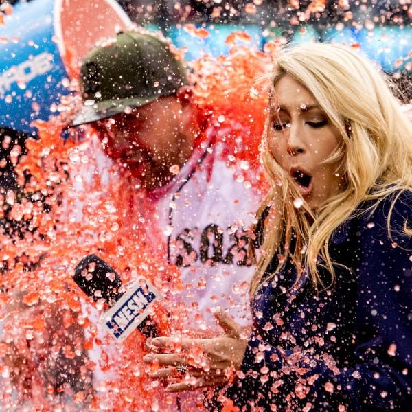 BOSTON, MA - 27. Mai: Die NESN Moderatorin Guerin Austin wird nach dem Spiel der Boston Red Sox gegen die Seattle Mariners mit Powerade begossen (Credit: Getty Images)
