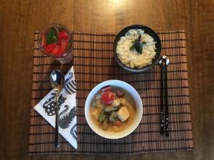 Rotes Thai-Curry mit Tofu, Okraschoten und Peperoni