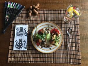 Falafel in Fladenbrot-Schalen mit Gemüse und Hummus