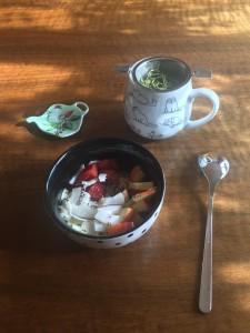 Frühstück – Soja-Joghurt mit Früchten und gemahlenen Mandeln