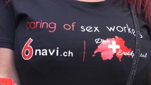 Die Frauen tragen Werbeshirts für das Sexportal 6navi.