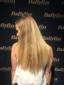 Glatt: Die ursprünglich lockigen Haare wurden geglättet.