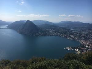 Blick vom Monte Brè aus auf die Stadt und den Lago di Lugano.